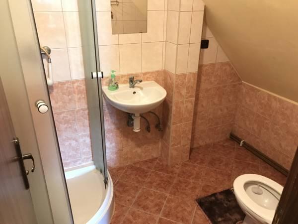 ctyrluzko-zlute-koupelna-0